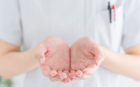 白衣の女性の手