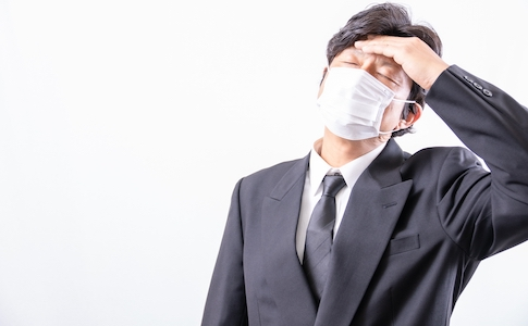 マスクを着けている男性
